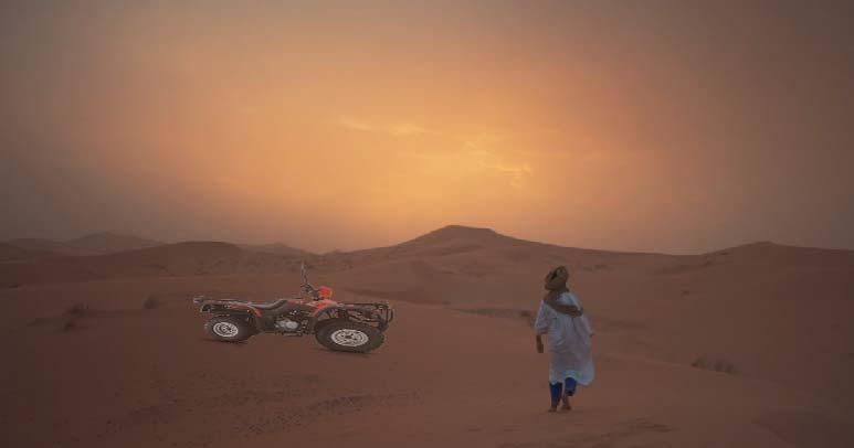 In Quad nel deserto del Sahara